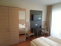 Alle Zimmer mit Dusche/WC, Föhn, teilweise Safe, Kabel-TV, Radio, Telefon und Balkon; teilweise Mini-Kühlschrank