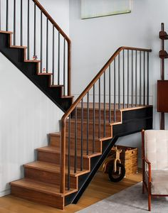 A ne pas faire 40 Awesome Modern Stairs Railing Design 13 Modern Staircase Railing, Stair Railing Design, Home Stairs Design, Wooden Staircases, Modern Stairs, Interior Stairs, House Design, Iron Staircase, Railing Ideas