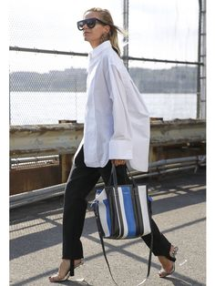 Style fashion 429530883207474740 - Best White Shirts / street style fashion Source by anglinaa White Blouse Outfit, Oversized Shirt Outfit, Oversized White Shirt, White Shirt Outfits, Oversized Blouse, Skirt Outfits, Moda Oversize, Camisa Oversized, Best White Shirt