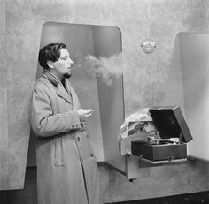 Клиент прислушивается к последних релизов, на стенде слушал в ХМВ магазине за 363 Оксфорд-Стрит, Лондон, 24 ноября 1955.