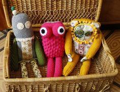 Mendruga es el nombre artístico de Carmen Astuy Velasco, una tejedora a la que se le da particularmente bien crear muñecos de ganchillo. Ella los denomina Mendrugos y, como veis, no están sólo real... Crochet Monsters, Mission Impossible, Amigurumi Doll, Plushies, Crochet Hats, Crochet Ideas, Diy, Crafts, Bags