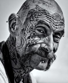 A face of stories Old Faces, Many Faces, Foto Portrait, Portrait Photography, We Are The World, People Around The World, Face Tattoos, Cool Tattoos, Men Tattoos