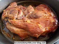 Rouelle de porc au four (marinade au lait) facile ! 1 belle rouelle (1 kg minimum) 3 verres de lait 2 pincées de poivre 3 belles pincées de sel 2 càs de sauce soja 2 càs de miel 3 ou 4 gousses d'ail grossièrement coupées 1 branche de romarin (ou autre)