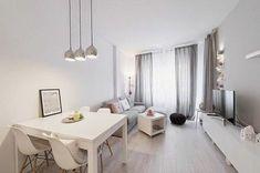 sol en parquet, meubles beiges, rideaux gris longs, table en bois de couleur blanche