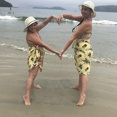 Mae e filha na praia