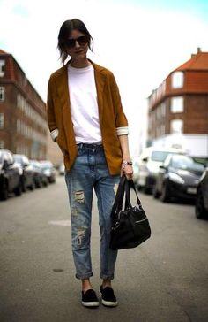 outfit: oversized blazer, boyfriend jeans, sneakers