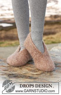 """DROPS 117-33 - Felted DROPS slipper in """"Eskimo"""". Size from child 9 to woman 12 (EU 26 to 44). - Free pattern by DROPS Design"""