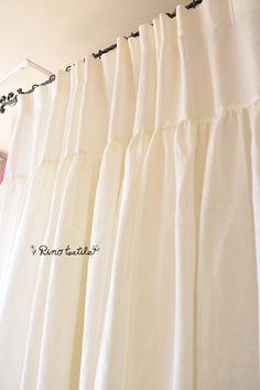 【リノモデラ ホワイト】 サイズ W130cm×H250cm~ ¥32,000 適度なハリと柔らかさが