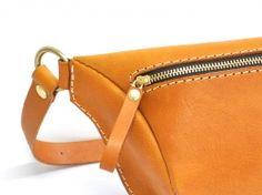 休日の新定番バッグは男女共に使えるファスナーボディバッグ「革鞄のHERZ公式通販」