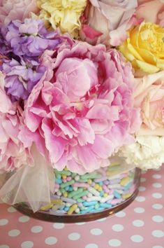 flowers & sprinkles - this would be a cute decoration for Easter Flower Centerpieces, Flower Vases, Easter Centerpiece, Table Centerpieces, Wedding Centerpieces, 5 April, Colorful Candy, Pastel Candy, Colorful Roses