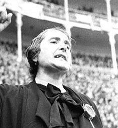 Dolores Ibárruri Gómez, llamada Pasionaria (Gallarta, Vizcaya, 9 de diciembre de 1895 – Madrid, 12 de noviembre de 1989), fue una política española.  Pasionaria destacó como dirigente política en la Segunda República Española y en la Guerra Civil. Histórica dirigente del Partido Comunista de España, a su lucha política unió la lucha por los derechos de las mujeres para demostrar que las mujeres, fuesen de la condición que fuesen, eran seres libres para elegir su destino.