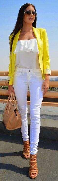 Pantalón y top blancos, con blazer amarillo mimosa.