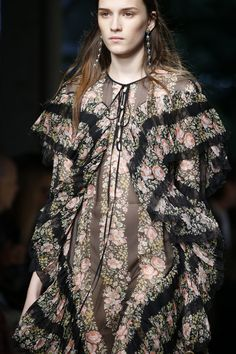 Gucci Spring 2016 Ready-to-Wear Collection Photos - Vogue Fashion Week, World Of Fashion, Runway Fashion, Fashion Show, Fashion Trends, Fashion 2015, Milan Fashion, Fashion Details, Backstage