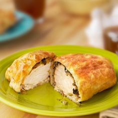 This fabulous Chicken Wellington is a variation of the classic beef Wellington. Kick-up your dinner routine with this stunning entrée staring boneless chicken breasts topped with a mushroom-onion mix and wrapped in tender Puff Pastry. Chicken Wellington, Wellington Food, Beef Wellington Recipe, Puff Pastry Chicken, Pepperidge Farm Puff Pastry, Le Diner, Empanadas, Main Meals, Chicken Recipes
