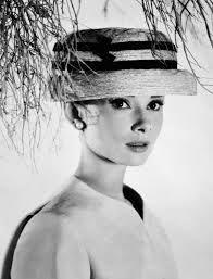 """O filme """"Cinderela em Paris"""" retrata a moda dos anos 50. mondomoda.org -"""