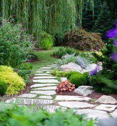 aménagement paysager allée de jardin réalisée à l'aide de pas japonais