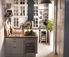 Aus sieben Quadratmetern Küche holt Ikea eine ganze Menge raus. Selbst eine Art Kochinsel hat noch Platz darin gefunden. Trick: Sie besteht aus zwei mit dem Rücken aneinander stehenden, 80 cm breiten Schränken und zwei 30 cm breiten Schränken. Die Arbeitsplatte lässt sich auf das Maß der Insel sowie das Kochfeld und die Spüle zuschneiden. Um einfach an die hohen Wandschränke zu kommen, hängt eine klappbare Trittleiter mit am Block.