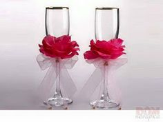 If you are planning a wedding, or looking for a unique gift idea, choose colours that complement the colour palette Wedding Wine Glasses, Diy Wine Glasses, Decorated Wine Glasses, Painted Wine Glasses, Champagne Glasses, Valentine Decorations, Homemade Crafts, Diy Arts And Crafts, Decoration Table
