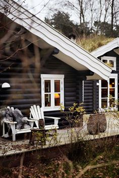Combining the rustic style and black stained log this stunning house is a dream come true for anyone enjoying the pure nature and natural design element both in architecture and interiors. The atmosphere inside sets you in a calm mode. Log Homes Exterior, Exterior Paint, Black Exterior, Exterior Design, Modern Log Cabins, Cabin In The Woods, Log Cabin Homes, Cabins And Cottages, Black House