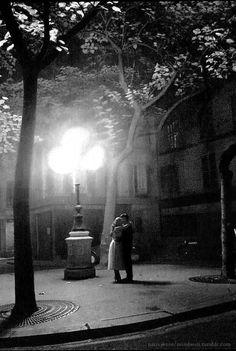"""""""Baiser, Paris, 1956"""", Nico Jesse. Veja também: http://semioticas1.blogspot.com.br/2013/12/robert-capa-em-cores.html"""