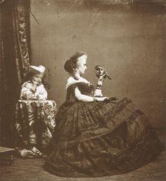 La comtesse de Castiglione  Née Virginia Elisabetta Luisa Carlotta Antonietta Teresa Maria Oldoïni (1837-1899), la comtesse de Castiglione (la plus belle femme de son siècle, dit-on) était une célèbre espionne et courtisane piémontaise, maîtresse de Napoléon III, mais aussi une figure des premières heures de la photographie.