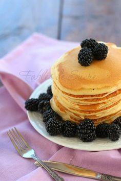 Pancakes con more e la domenica inizia nel migliore dei modi. Ma anche con la cioccolata, la confettura, lo sciroppo d'acero. Non dimenticatevi il caffè!