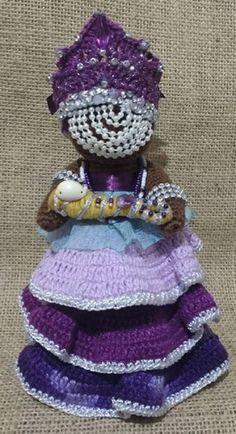 Nanã é a protetora nas situações tormentosas e nas perseguições cármicas. Têm grande atuação sobre as mulheres já avós, embora não seja uma regra, e sobre as pessoas que agem com calma, dignidade, benevolência e gentileza. A cor de Nanã é o roxo, nas obrigações são usadas velas roxas ou brancas... Orisha, Crochet Crafts, Captain Hat, Religion, Dolls, Knitting, Hats, Craft Fairs, African Dolls
