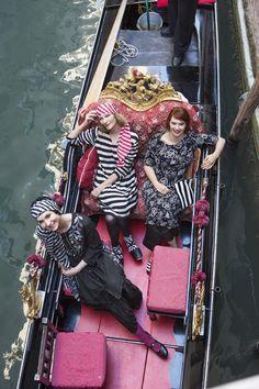 """Venedig mit Gudrun Sjödén - Das Kleid """"Venezia"""" aus Baumwolle/Modal sticht hier besonders durch das wunderbare Blumenmuster hervor. Außerdem ist es durch den etwas weiteren Schnitt sehr angenehm zu tragen. Kaufe dein neues Kleid """"Venezia"""": http://www.gudrunsjoeden.de/mode/produkte/kleider"""
