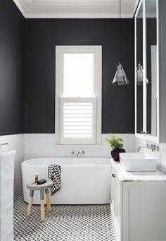 Take a look at this amazing bathroom and get inspired | www.delightfull.eu/en #bathroominspiration #interiordesign #interiordesigntrends #lightingdesign #bathroomlighting