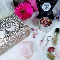"""🌷🌿Rose Quartz Gift Boxes🌿🌷 Bringing the healing energies of unconditional love, emotional healing and good luck. 💜 You will find these listed under """"Gift Boxes"""" in the shop.🧚♀️ Heart Keyring, Box Roses, Rose Quartz Heart, Lavender Buds, Raw Gemstones, Emotional Healing, Quartz Necklace, Essential Oil Blends, Gift Boxes"""
