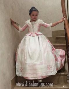 María con su delantal de vainicas. 18th Century Costume, World Photo, Period Costumes, Traditional Fashion, Folk Costume, Little Miss, Creative Inspiration, Flower Girl Dresses, Princess