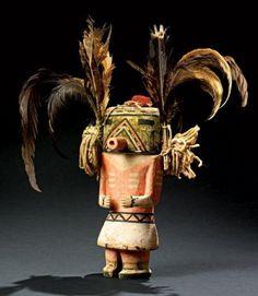 Kachina QOIA ou KAU-A HOPI, Arizona, USA Vers 1910-1920 Rare version ancienne des kachina Tasap. Elle est une figuration Hopi du peuple Navajo. 25 cm sans plume, 40cm avec les plumes