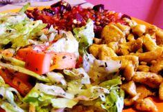 Igazán laktatóvá válik salátánk, ha húst is teszünk bele. Nem kell leragadni a csirkemellnél, mehet bele bármi, amit szeretsz vagy ami maradt a sültből!