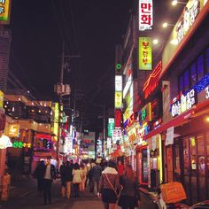 Shinchon nightlife, where the students of Yonsei University, the best in #Korea, go to get very drunk. #Seoul #OnTheRoad