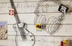 Para os apaixonados por música!  Simples e personalizados, o fone de ouvido e a guitarra, feitos com moldura de arame, deixam a decoração mais jovem e descolada. O que acha?