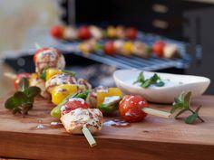 Mit diesen orientalischen Spießen macht Grillen Spaß! Hähnchen-Gemüse-Spieße - mit Joghurt-Minze-Dip - smarter - Kalorien: 215 Kcal - Zeit: 45 Min. | eatsmarter.de
