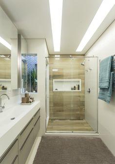 Tons neutros e design brasileiro na cobertura de praia (Foto: Mariana Boro / divulgação) Comfort Room, Plafond Design, Home Comforts, Bathroom Interior Design, Ceiling Design, Cozy House, Home Decor Inspiration, Small Bathroom, House Design