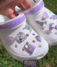 Crocs Slippers, Cute Slippers, Crocs Shoes, Crocs Fashion, Sneakers Fashion, Jordan Shoes Girls, Girls Shoes, Cool Crocs, Designer Crocs