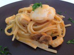 Linguine alle capesante e funghi, con salsa cremosa e delicata. Ricetta semplice ma di grande effetto, un primo raffinato per le cene con gli ospiti.