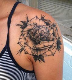 Tatuagem de Rosa   Preto e Cinza no Ombro