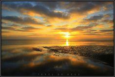 opkomende zon bij waddenzee