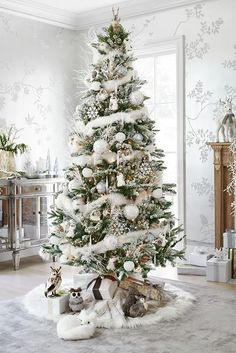 Here are best White Christmas Decor ideas. From White Christmas Tree decor to Table top trees to Alternative trees to Christmas home decor in White & Silver Beautiful Christmas Trees, Christmas Tree Themes, Noel Christmas, Xmas Decorations, All Things Christmas, Christmas Crafts, Country Christmas, Flocked Christmas Trees Decorated, Xmas Trees