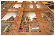 μία βιβλιοθήκη με κοτετσόσυρμα στα ντουλάπια