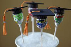Egyszerű, de kreatív ötlet óvodai ballagáshoz. (nyalóka, műanyag kupak, dekorgumi, szalag vagy fonal, ragasztópisztoly)