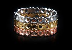 Oro puro invertito anello cuori. Noi possiamo mano-contrassegno le tue iniziali su tutto il suo cuore. Disponibile in K14 e K18-in rosa, giallo o oro bianco di fattoamanou su Etsy