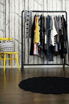 Inspiratiezaterdag no.36, een toefje geel in de kleedkamer Black, yellow, dressroom, Cole & Son, Woods, zwart, geel, bomenbehang, kleedrek