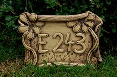 domovní číslo-na přání   cedulka je keramická s číslem, na cedulku můžu vyrýt cokoliv, dle vašeho přání má 2 až 3 dirkyna zavěšení, počet si zvolte sami velikost cca22 x 18 cm