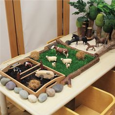 kids farm play table - lovely idea that doesn't take a lot of time to make - kindergarten - Animals Childcare Activities, Nursery Activities, Preschool Activities, Childcare Rooms, Reggio Classroom, Preschool Classroom, Physics Classroom, Classroom Displays, Sensory Table