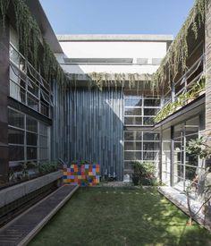 Image 4 of 45 from gallery of Collage House / S+PS Architects. Photograph by Sebastian Zachariah, Ira Gosalia, Photographix Pinkish Shah