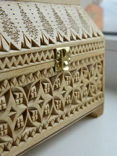 Gesneden houten kistje Omas geheimen. * Verzending is al inbegrepen in de prijs van de vakken. * Die doos: LIPA. Afwerking: geweekt door Deense olie (Deens), bodem en schutblad gegarneerd met behulp van vilt en kantpatroon. Techniek: geometrische snijwerk. Afmetingen van de vakken: Extern: lengte: 15.8 cm, breedte: 11,7 cm, hoogte: 11,2 cm. Interne: lengte: 13.2 cm, breedte: 9.3 cm, hoogte: 4.8 cm. Verzorgen van instructies: stof snijwerk Holten kan worden verwijderd met behulp van een ...
